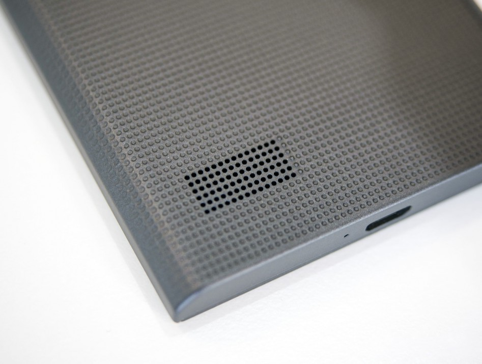 blackberry-leap-rear-speaker